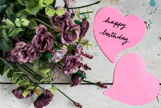 Wszystkiego najlepszego z okazji urodzin uwaga w kształcie serca papieru z purpurowe kwiaty