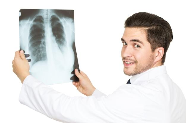 Wszystko będzie dobrze! przystojny młody lekarz uśmiechnięty trzymając prześwietlenie swojego pacjenta