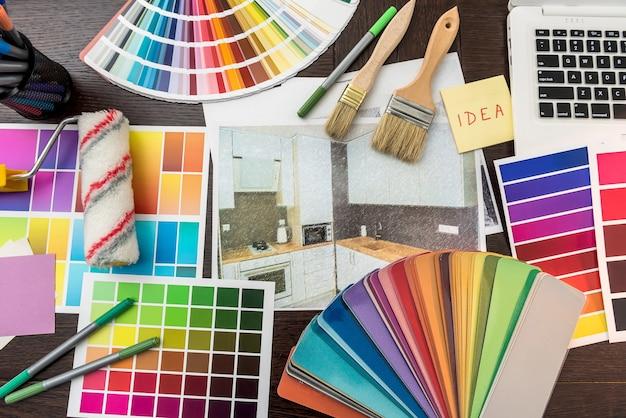Wszystko dla domu kreatywny próbka koloru z dnia roboczego i pędzel do szkicowania domu notebooka