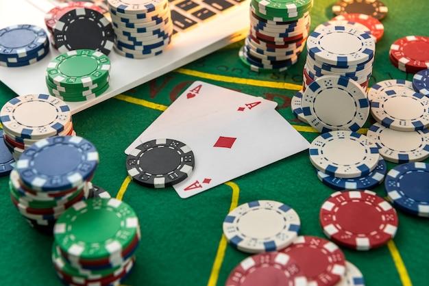 Wszystko dla sukcesu w pokerze online z żetonami, kartami i laptopem