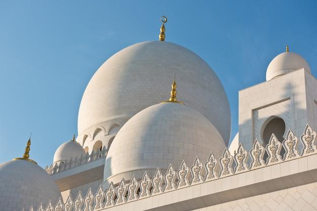 Wszystko słynnego białego meczetu szejka zayeda w abu dhabi, zjednoczone emiraty arabskie