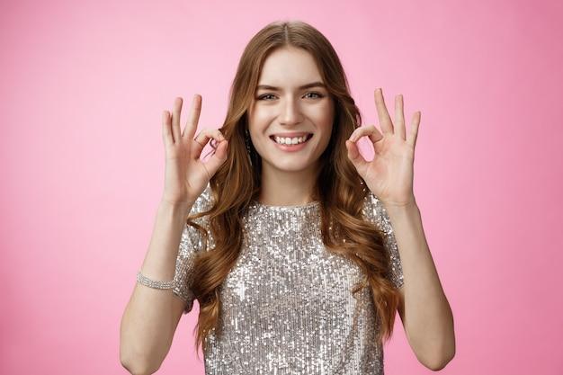 Wszystko w porządku szczęśliwa beztroska radosna uśmiechnięta śliczna kobieca kobieta show ok ok gest uśmiech...
