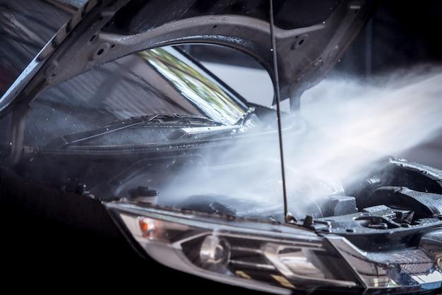 Wtrysk mycia silnika podczas mycia samochodu powoduje, że silnik silnika świeci i świeci na czarno.
