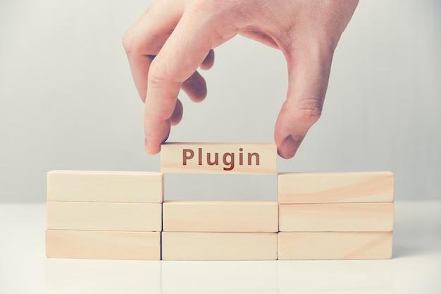Wtyczka koncepcyjna dla stron internetowych na drewnianych blokach.
