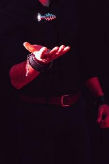 Wtyczka w męskich rękach.