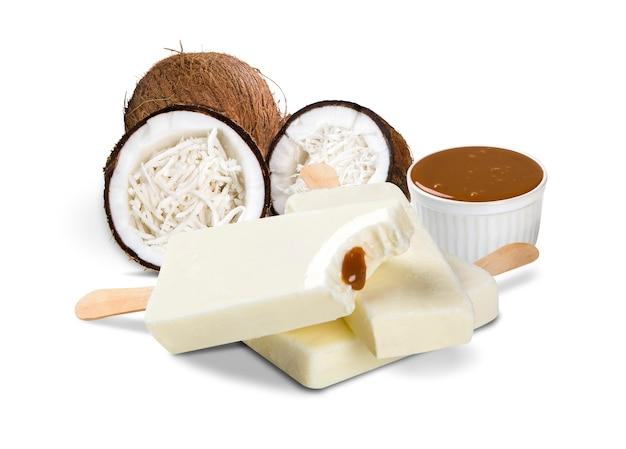 Wtyka lody kokosowego i słodkiego mleka smak na białym tle. palety meksykańskie.