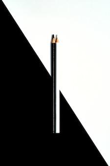 Wtykający czarny i biały barwioni ołówki odizolowywający na czarny i biały tle
