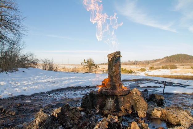 Wulkan błotny starunya geologiczny pomnik przyrody u podnóża zimowych karpat ukraińskich