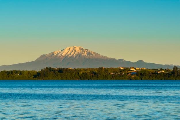 Wulkan calbuco i jezioro llanquihue puerto varas los lagos patagonia chile