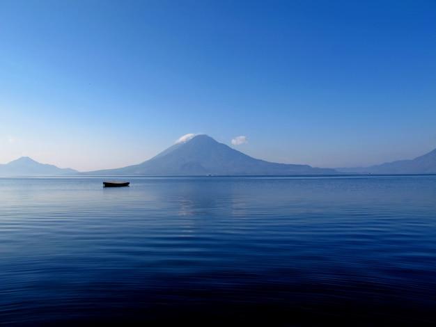 Wulkan na jeziorze atitlan w gwatemali