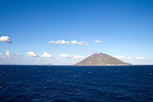 Wulkan stromboli z niebieskim tłem nieba