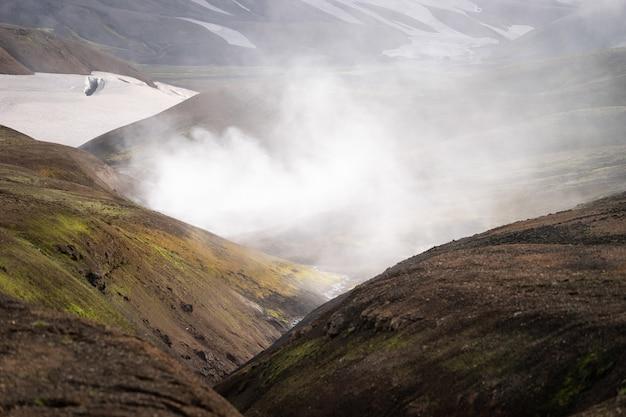 Wulkaniczny aktywny krajobraz z żabą, lodowcem, wzgórzami i zielonym mchem