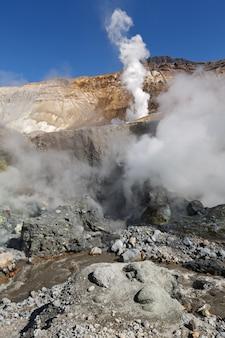 Wulkaniczny krajobraz kamczatki: siarka i pole fumaroli w kraterze aktywnego wulkanu mutnovsky. rosja, daleki wschód, kamczatka.