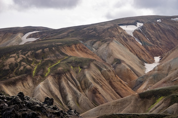 Wulkaniczny krajobraz szlaku laugavegur landmannalaugar, islandia
