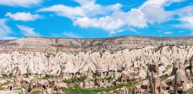 Wulkaniczny krajobraz w parku narodowym göreme. kapadocja, turcja