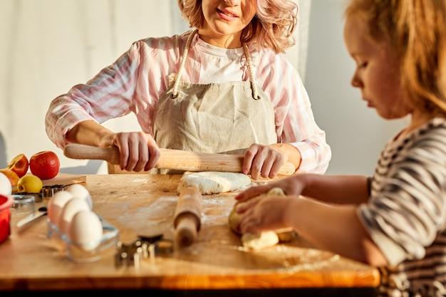 Wwoman i dziecko dziewczynka wspólne gotowanie w kuchni
