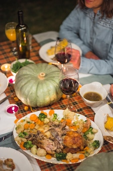 Wyśmienicie jedzenie przy stołową pobliską damą