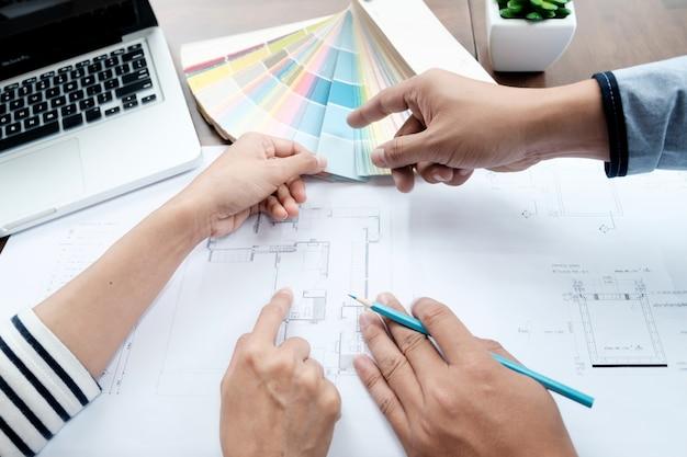 Wybierz próbkę koloru formularza dla projektu domu.