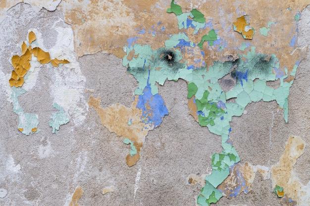 Wyblakła ściana tekstur z pozostałościami starej farby łuszczącej się