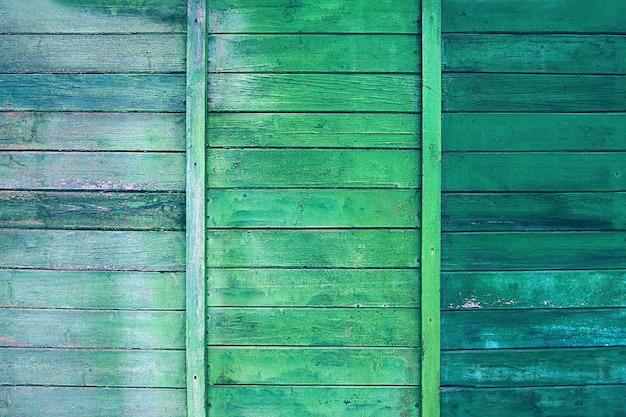 Wyblakłe drewniane ściany domu