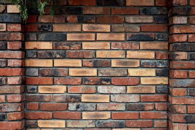 Wyblakły poplamiony stary ceglany mur w tle czerwona cegła ściana tekstury tła do wystroju wnętrz