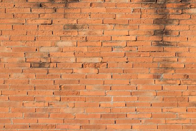 Wyblakły tekstury poplamionego starego ciemnego brązu i czerwonej cegły ściany tła, nieczysty zardzewiałe bloki technologii kamienia, kolorowa architektura pozioma