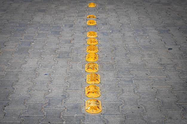 Wybojów drogowych w celu zmniejszenia prędkości. małe gumowe wyboje na chodniku