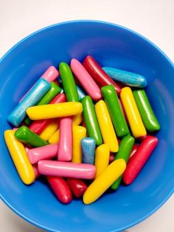 Wybór cukierków do żucia w niebieskim talerzu