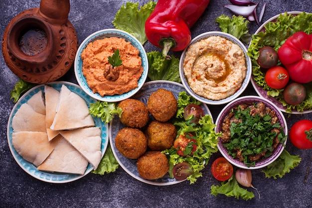 Wybór dań kuchni bliskowschodniej lub arabskiej.