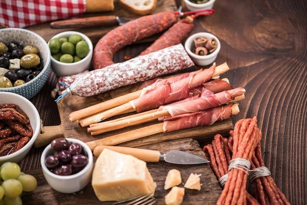 Wybór hiszpańskiego mięsa na drewnianym stole