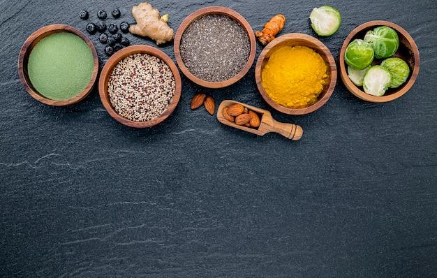 Wybór jedzenia i zdrowe jedzenie ustawione na ciemnym tle kamienia.