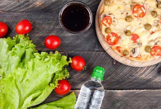 Wybór między świeżą zdrową żywnością, owocami i warzywami lub niezdrowym fast foodem i napojem gazowanym