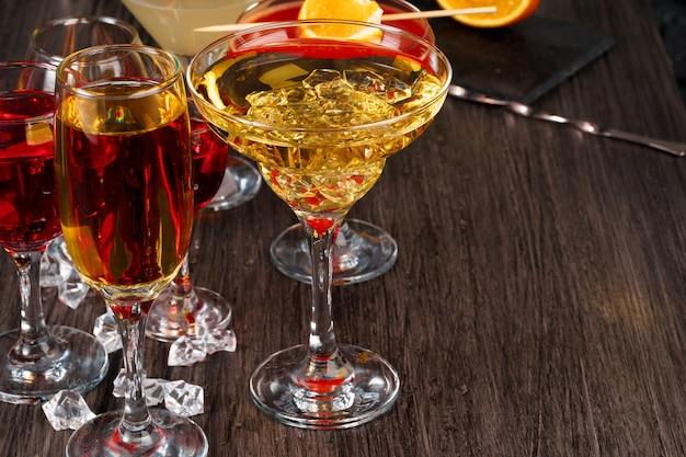 Wybór napojów alkoholowych w różnych szklankach