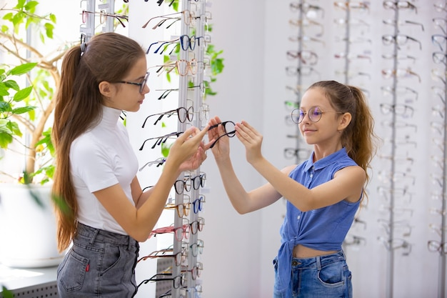Wybór okularów w sklepie z okularami do korekcji wzroku