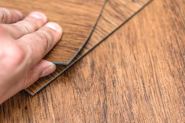 Wybór renowacji podłóg lub koncepcji budowlanej zbliżenie męskiej ręki trzymającej teksturowane wino...