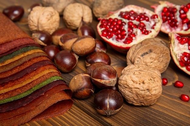 Wybór różnych kolorowych przypraw, owoców, orzechów na drewnianym stole