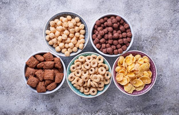 Wybór różnych płatków kukurydzianych na śniadanie