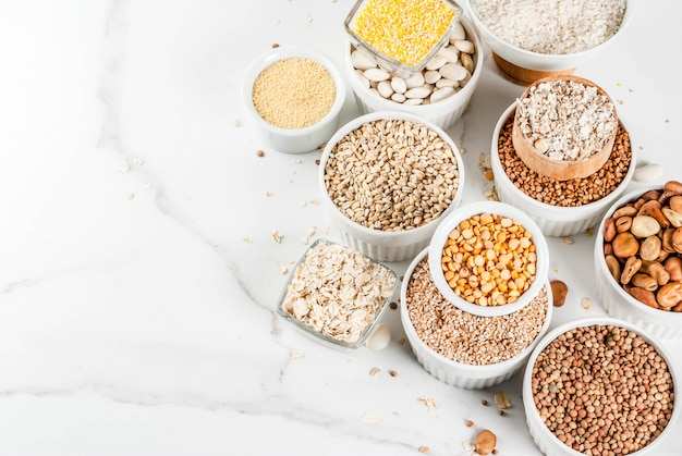 Wybór różnych rodzajów kaszy ziaren zbóż w różnych misach