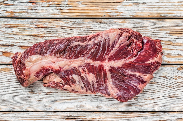 Wybór rzeźnika stek wiszący onglet delikatne mięso wołowe na desce do krojenia