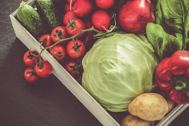 Wybór świeżych warzyw z rynku rolników, kopia przestrzeń, stonowana