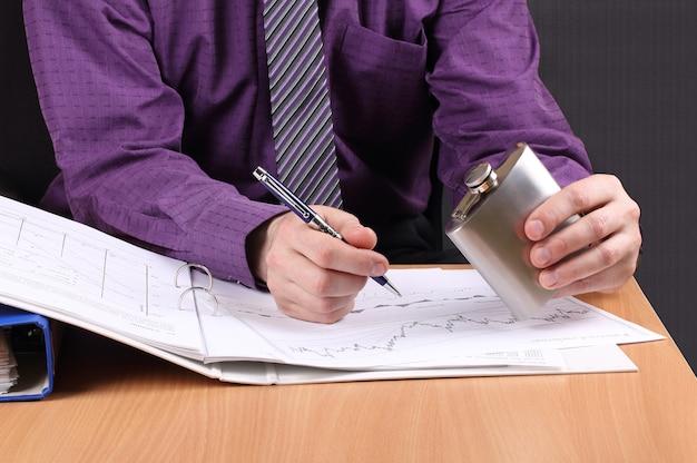 Wybór to kontynuowanie pracy z dokumentami do późna lub preferowanie alkoholu i relaks