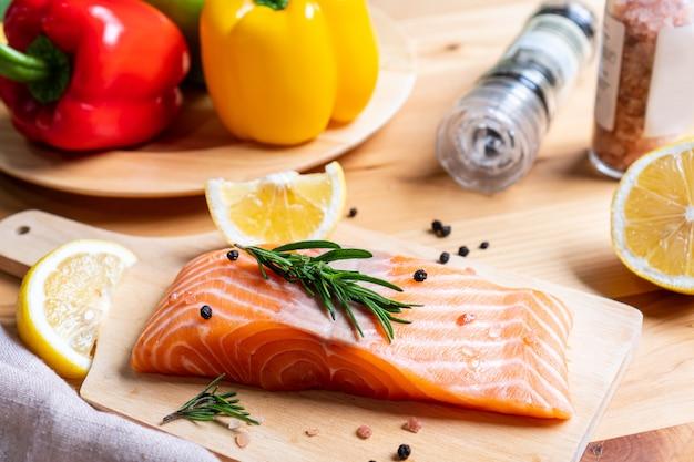 Wybór zdrowego jedzenia dla serca na tle drewniane