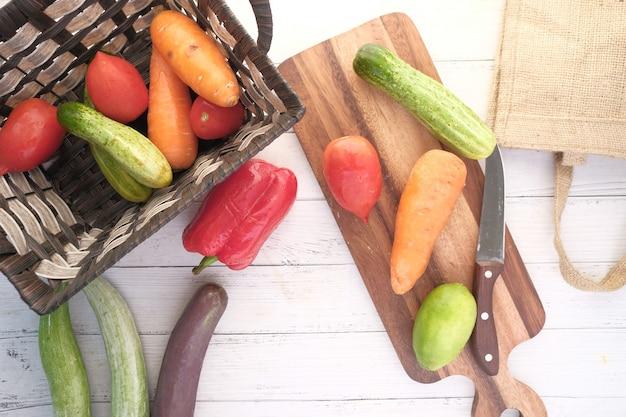Wybór zdrowej żywności ze świeżymi warzywami na desce do krojenia na stole