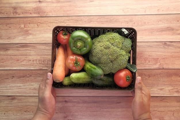 Wybór zdrowej żywności ze świeżymi warzywami w pudełku