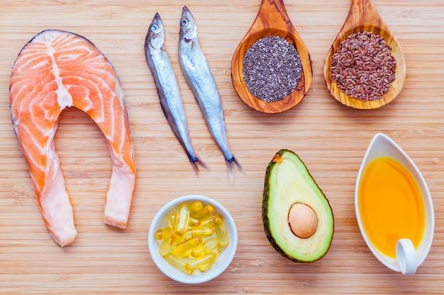 Wybór żywności źródeł omega 3 i nienasyconych tłuszczów na drewniane tła.