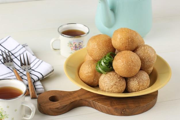 Wybrane focus close up tahu bulat (okrągłe tofu), ulubione danie indonezji, smażone w głębokim tłuszczu i doprawione przyprawą w proszku.