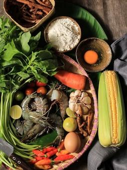Wybrane składniki gotowania focus flatlay, przygotowanie zupy szpinakowej (sayur bayam) i krewetki w tempurze. kompozycja surowych świeżych składników z miejscem na kopię na tekst lub reklamę