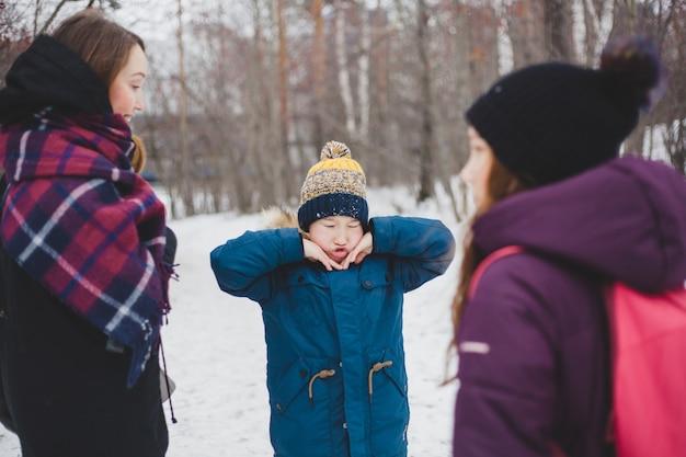 Wybryki chłopca na spacerze z rodziną w winter park lub las
