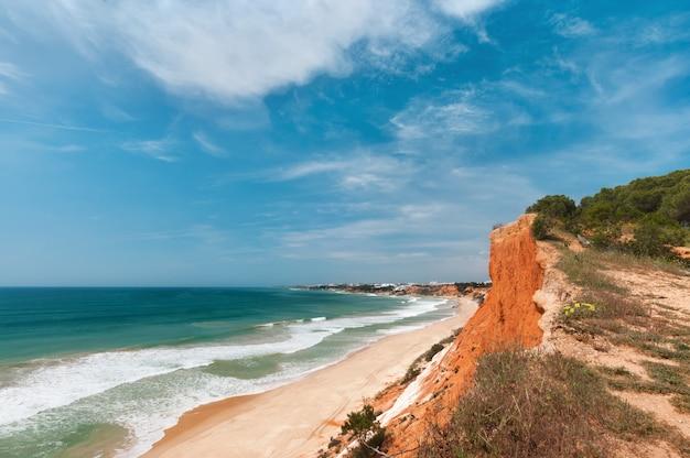 Wybrzeże albufeira, algarve, portugalia na wiosnę