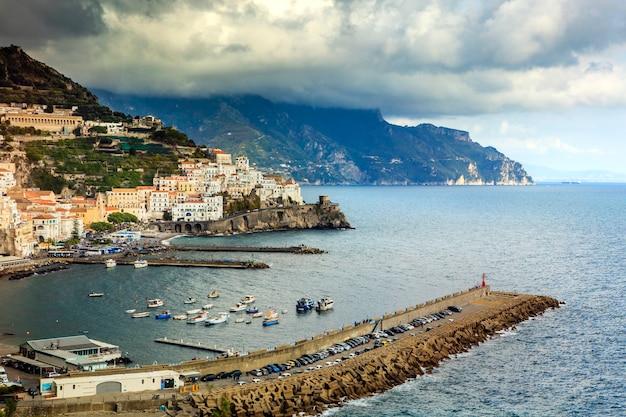 Wybrzeże amalfi na południu włoch jednym z najpopularniejszych kierunków podróży